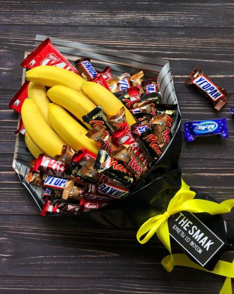 Букет с батончиками и бананами
